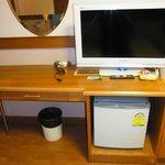デスク、テレビ、冷蔵庫