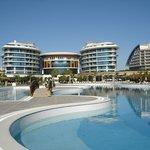 zicht naar hotel vanuit strandrichting