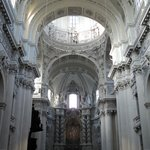 la nave central bellísima e inmaculadamente blanca