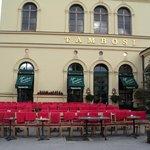 sillas en el exterior para disfrutar la vista de la plaza de los héroes y la Theatinerkirche