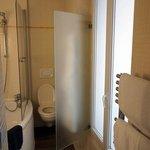 バスルームの窓を開けると左手には凱旋門
