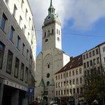 la fachada de la iglesia más antigua de Munich