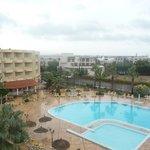 vue de la piscine et terrasse depuis notre chambre