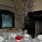 """Pseudo """"albero di Natale"""" accanto al camino."""