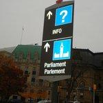 Placa indicando sentido para o Parlamento