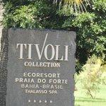 Entrada, placa na frente ,na entrada da Praia do Forte!