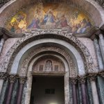 大聖堂入り口。ここで用いられているモザイクが、堂内ではより大胆に用いられています。