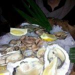 Plateau de fruits de mer composé selon notre goût et à partager à deux en entrée!
