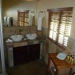 Das Bad (es gibt Dusche + Wanne) im Ronadavel