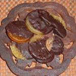 Frutta (fette d'arancia, di limone, di ananas, fico secco) ricoperta di cioccolato fondente
