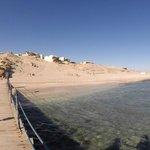 Blick vom Steg auf den Strand und einen Teil der Anlage