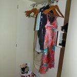 """""""Kleiderschrank"""" - die einzige Ablage, und danach haben die Kleider gestunken"""