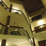 área común en el interior del hotel donde se aprecia el tamaño y el cuidado de la infraestructur