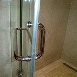 Reversed push-pull handles in bath :-)