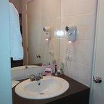el espejo con la pileta está fuera del baño