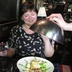 Оригинальный салат из бекона с грушей и деревенским творогом