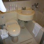 浴槽が狭過ぎます。洗面台とラップしてる。