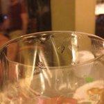 Copo servido sujo com marcas de batom