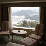 vue de la chambre sur la vallée enneigée