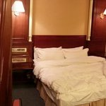 Panoramic view of the quadruple room with 2 double beds.