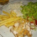 peixe na chapa con ensalada y arroz