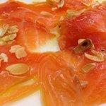 Salmone marinato con fettine di mandorle tostate