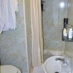 Zeer kleine, vieze badkamer