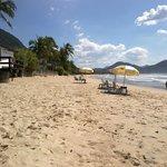 Vista da praia e do quisque do hotel na praia