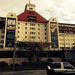 Vistas del edificio del hotel, desde el aparcamiento público.