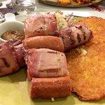 Speck arrotolato, formaggio e würstel con tortelli di patate