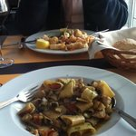 Due Mari, onder: pasta/zwaardvis, boven: calamaris.