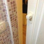 porta bagno senza chiusura sul muro