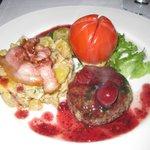 Рубленный стейк из оленины с горячим грибным салатом из  картофеля и грибов  - 14 Евро.