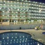 Aussicht auf Pool & Nachtbarhotel