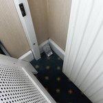 под окном (не убирали номер от предыдущих посетителей)