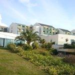 Vista parial do hotel e jardim