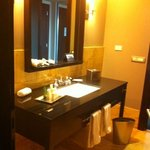 baño amplio y limpio