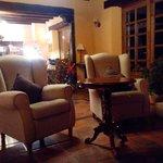 Cómodos y nuevos sillones junto a la chimenea.