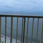 Ein Fernblick aus dem Sessel durch verstellbare Lamellen am Balkon