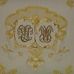 Переплетенные вензеля Радзивилов и Вишневецких - породнившихся семейств владельцев замка
