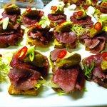 Crostini met gerookte rundermuis en auberginecreme