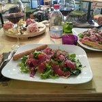 Tagliere di salumi/formaggi e insalate con carpaccio di tonno e fesa