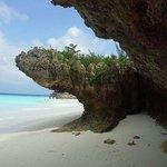 Costone roccioso con bassa marea