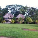 Vista lateral desde la laguna de los bungalows