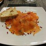Lachs mit Oliven, Orangenstücken, Fenchel und roten Pfefferkörnern - fantastische Kombination.
