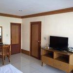 スイート2ベットルームタイプの主寝室で、リビングと同じくSONYのテレビがあり、バスルーム(右側ドア)から直接部屋に入れます。