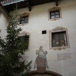 Albero di Natale tra le facciate caratteristiche di una casa di Kufstein