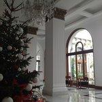 Julepyntet foyer med kig til atriumgård