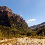 Le Rio longeant la base du canyon
