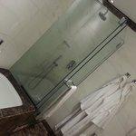 il bagno, con vasca e doccia ed i morbidi accappatoi